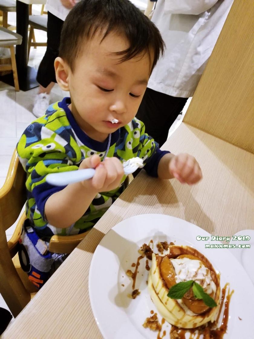 兩歲寶寶在尖沙咀K11跟媽媽在吃甜品